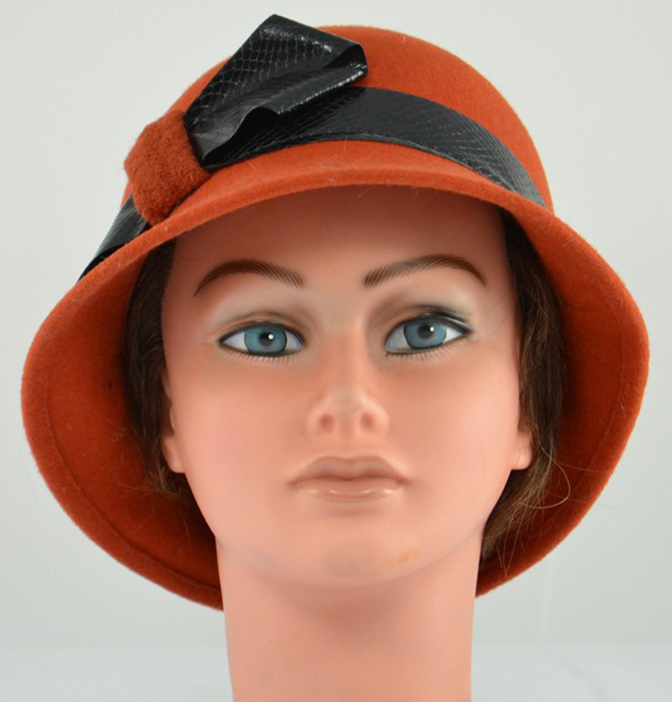 chapeau-cloche-feutre-brique-rouille-ruban-satin-noir