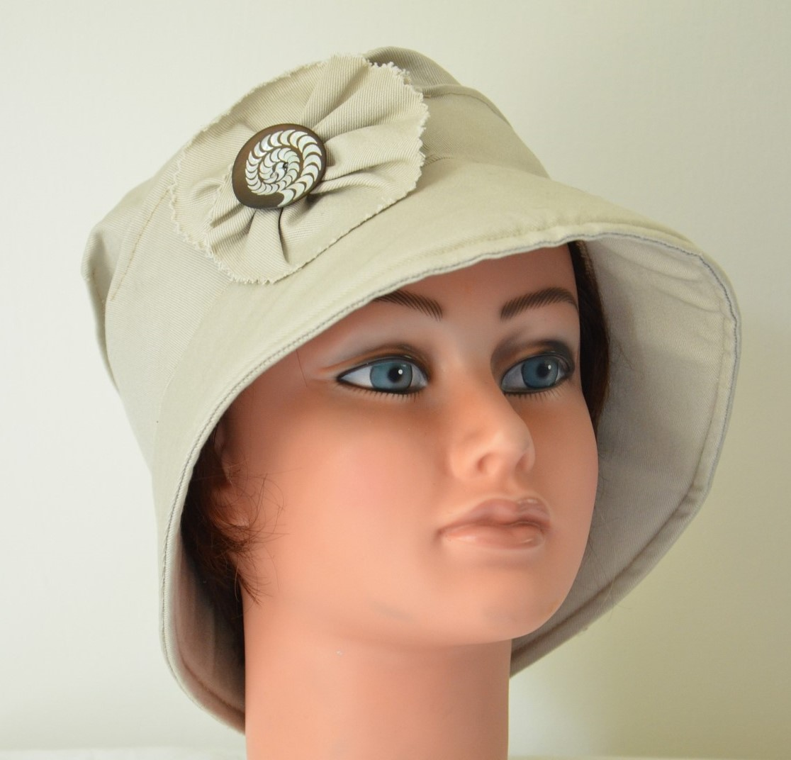 joli-chapeau-tissu-bouton-nacre