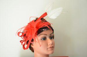 tour de tête sisal noir, garniture sisal rouge boa et plumes (2) (Copier)